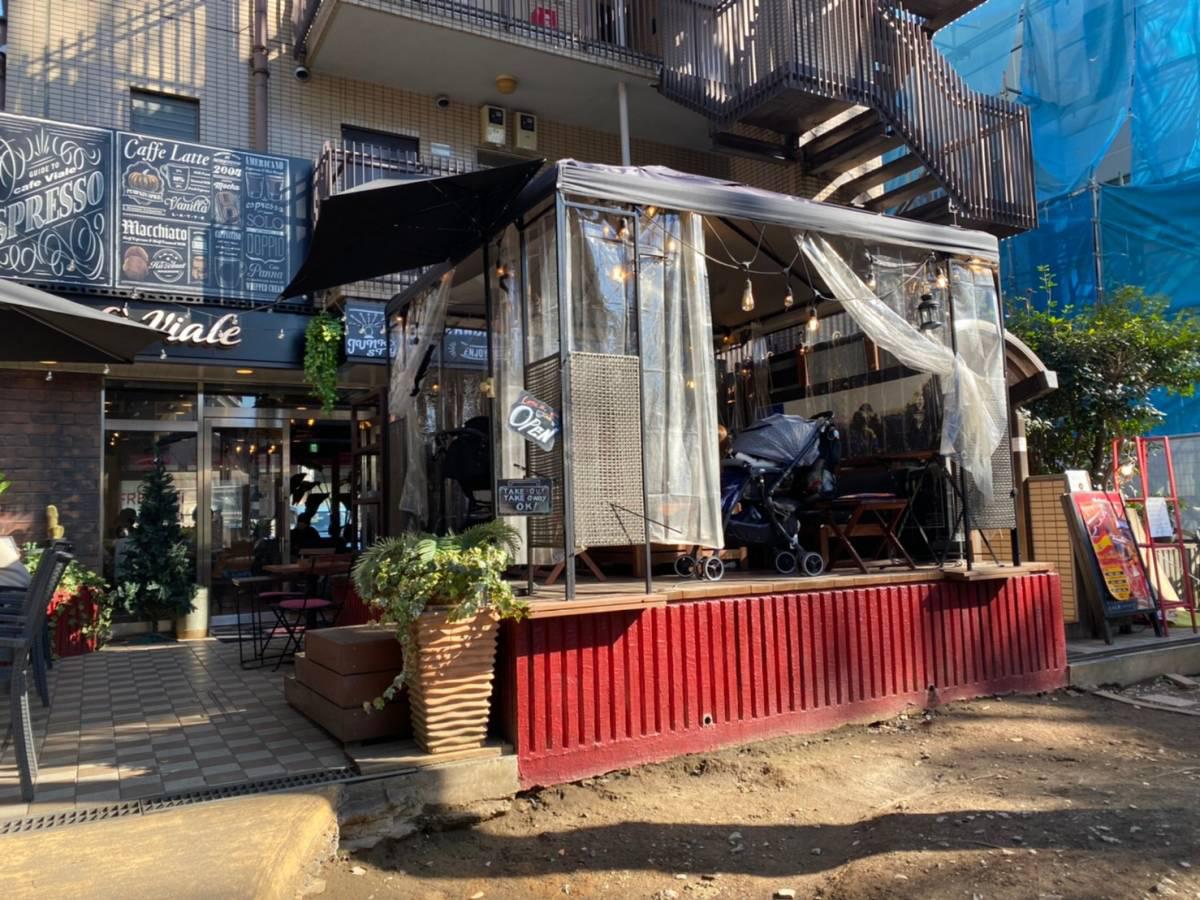 大宮区の氷川参道沿い『Cafe Viale(カフェ・ビアーレ)』のテラス席で『カフェラテ』『レモンタルト』行って食べてきた。