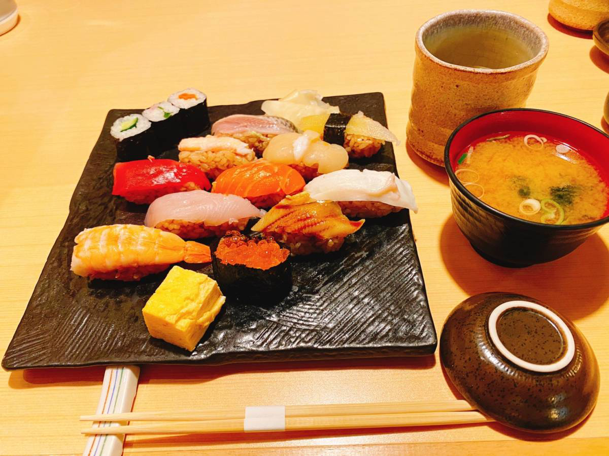 大宮駅西口『 豊鮨(とよずし)』でランチ限定メニュー『にぎり11かん1,000円(税別)』を行って食べてきた。